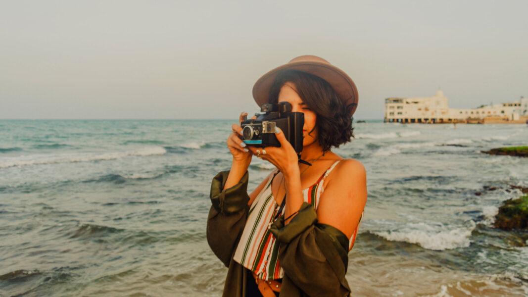 写真をとる女性